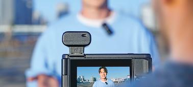 Snímek dvou osob zaznamenávajících svoje hlasy pomocí vysílače i přijímače mikrofonu ECM-W2BT