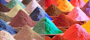 Hromádky písku s mnoha jasnými barvami znázorňující barevný rozsah technologie Triluminos PRO