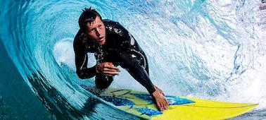 Obrázek surfaře zobrazující detaily bez rozmazání vlny