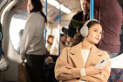 Sluchátka WH-1000XM4 cestující autobusem