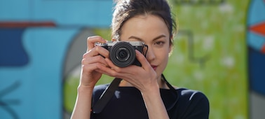 Portrét ženy fotografující venku