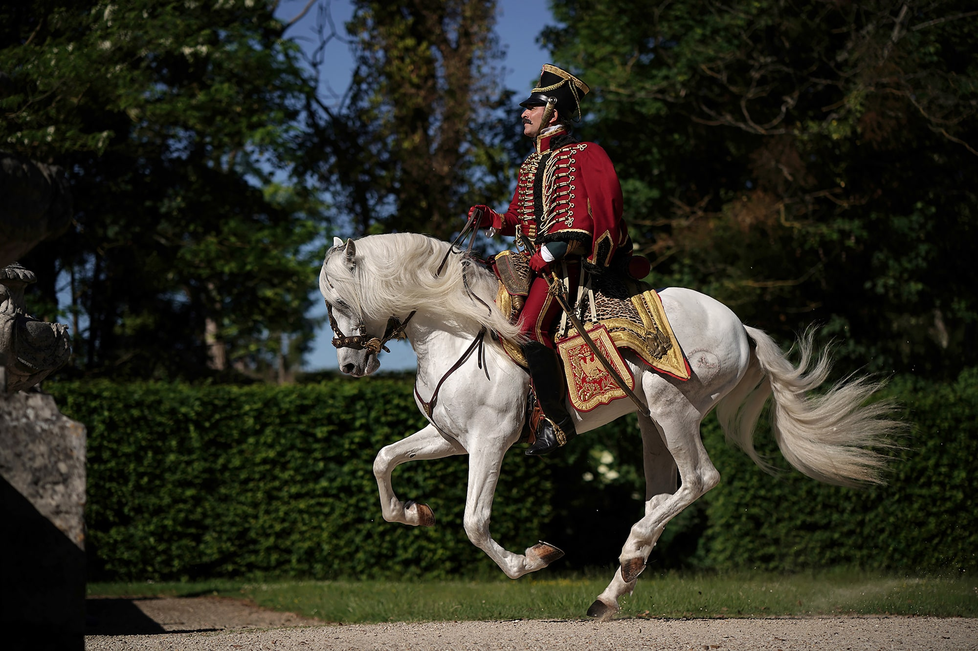 Christophe-Brachet-Sony-Alpha-9-jean-dujardin-galloping-on-horseback dressed in period costume