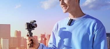 Snímek osoby hovořící během natáčení do vysílače