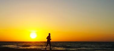 Snímek západu slunce a moře předvádějící technologii XR Smoothing pro rozlišení 4K