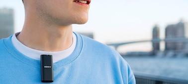 Snímek osoby natáčející vlog s mikrofonem ECM-W2BT