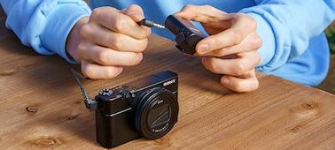 Osoba připojující mikrofon ECM-W2BT ke kompatibilnímu fotoaparátu pomocí 3,5mm stereofonního minikonektoru